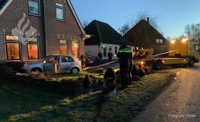 Auto belandt in tuin na glijpartij Wieringerwaard