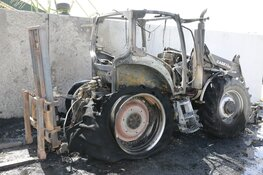 Tractor in brand in Middenmeer