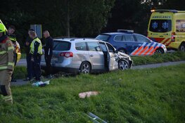 Botsing in Slootdorp: auto onderaan talud