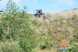 Tractor glijdt van heuvel af