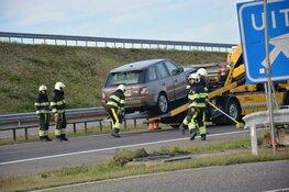 Auto knalt tegen vangrail op Afsluitdijk
