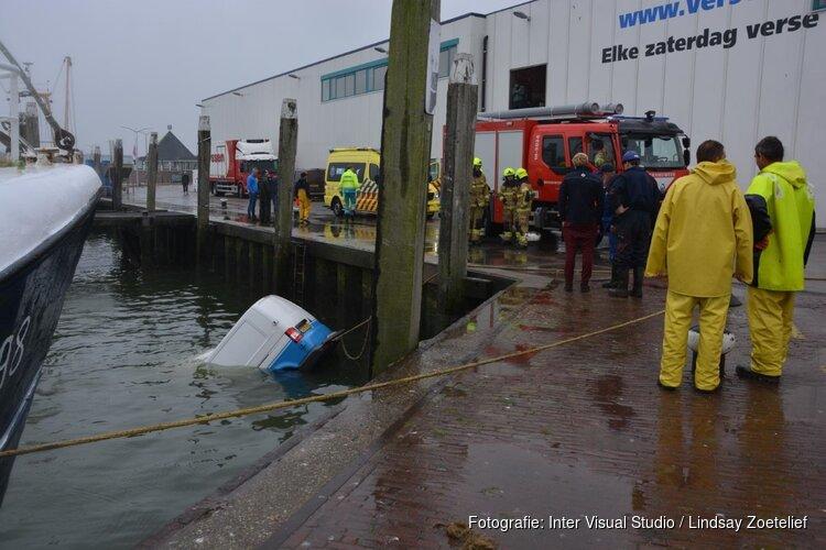 Bestelbus te water in haven Den Oever
