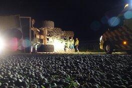 Tractor met aardappelen op zijn kant