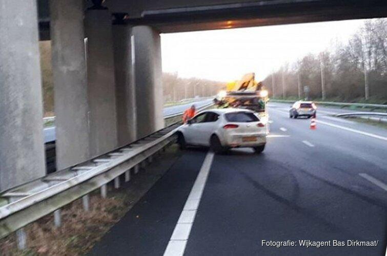 Automobilist wijkt uit voor haas op A7 en belandt in vangrails