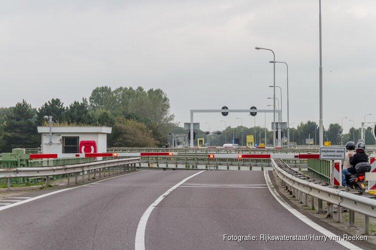 Afsluitdijk dicht door storing aan brug