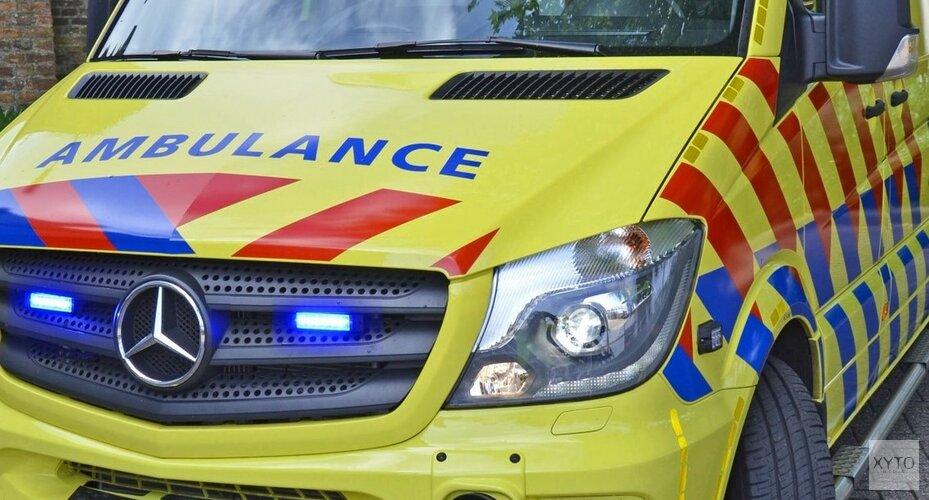 Auto rijdt sloot in: bestuurder naar ziekenhuis
