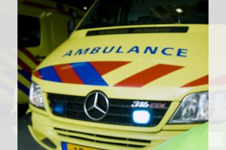 Auto rijdt tegen boom op afrit A7 bij Middenmeer