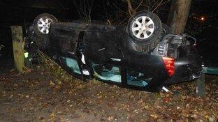 Bizar: auto slaat over de kop, bestuurder nog aanspreekbaar